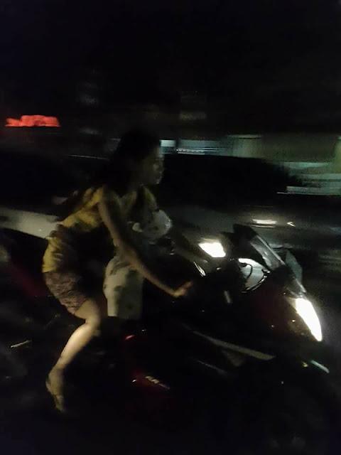Ngeri! Ibu Ini Gendong Anaknya Yang Masih Kecil Sambil Mengendarai Motor Sport dan Helm
