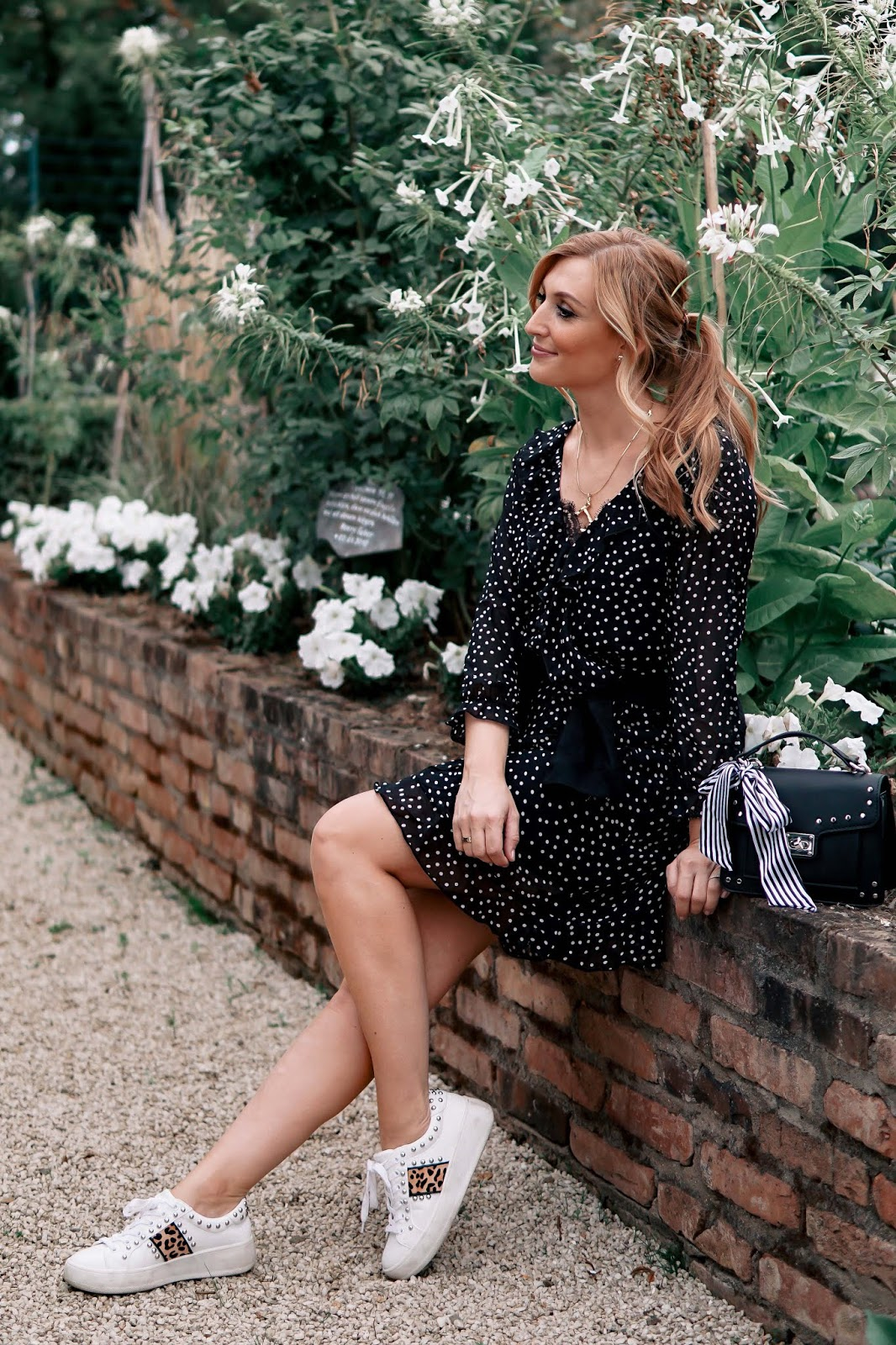 Herbstoutfitinspiration-kleid-mit-sneakers-kombinieren-fashionstylebyjohanna-casual-look-casual-chic