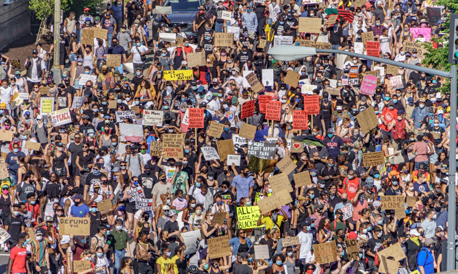 ジョージ・フロイドに纏わる黒人差別の抗議デモのアメリカのワシントンDCの群衆