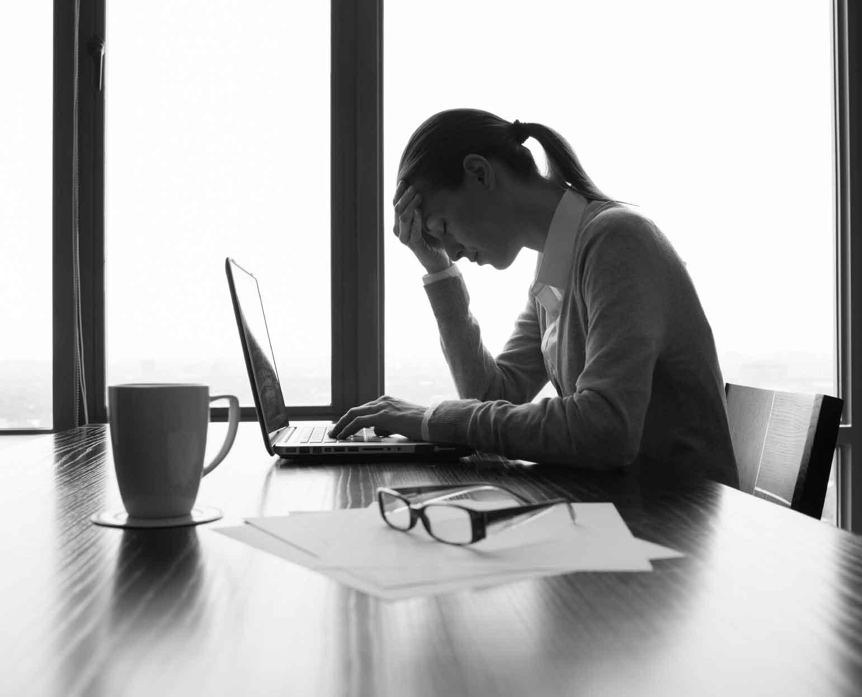 alasan mengapa kenapa pengusaha pebisnis perusahaan gagal bangkrut omset penjualan pendapatan menurun tips trik cara mengatasi studi kasus strategi pemasaran marketing sales penjualan