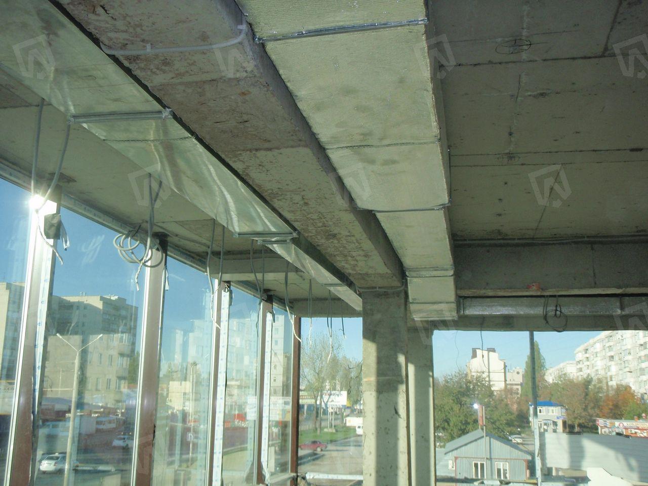 Продуманная схема монтажа воздуховодов приточно-вытяжной вентиляции в последствии позволяет дизайнеру аккуратно нивелировать занимаемую ими площадь потолка