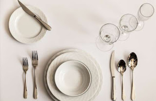 http://www.msn.com/en-us/foodanddrink/partytips/21-most-common-table-etiquette-mistakes/ss-BBqlsCV#image=2