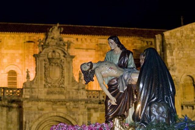 Visión delantera y parcial del paso El Descendimiento frente a la Real Basilica de San Isidoro. Real cofradía de Minerva y Vera Cruz. León. Foto Mauricio Peña