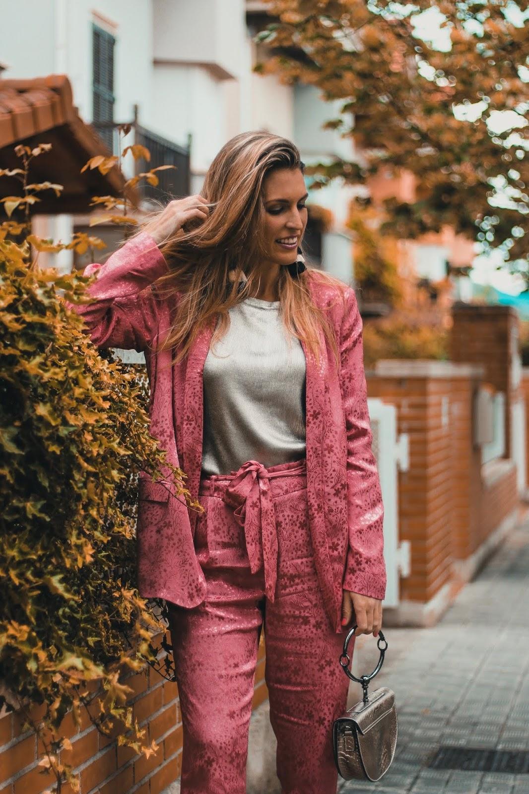 traje de dos piezas rosa