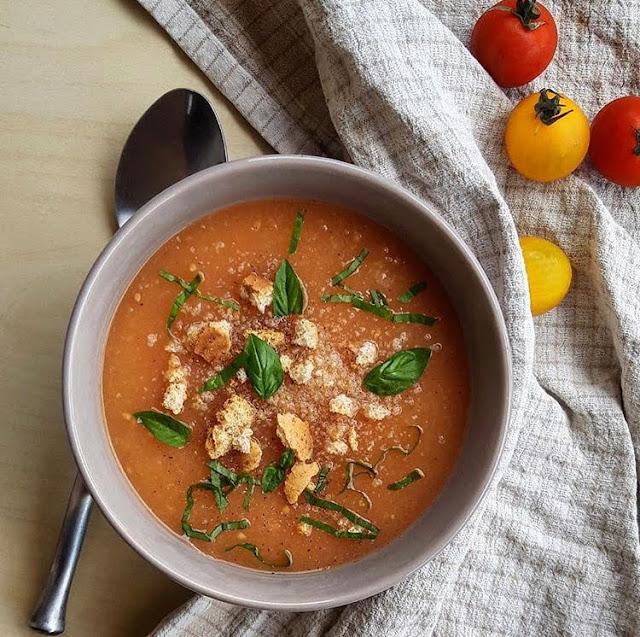 Soupe healthy de tomate ail et oignon façon gaspacho charlotte and cooking