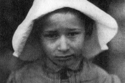Маленький мальчик Даниил Андреев - что-то не выглядит он радостным и счастливым на детских фотографиях...