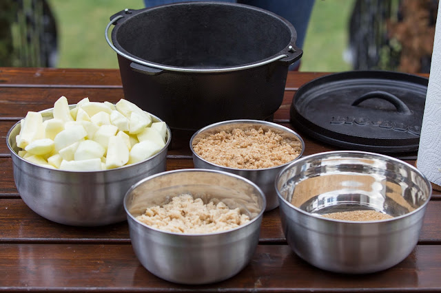 apple-crumble dutch-oven outdoor kitchen  05