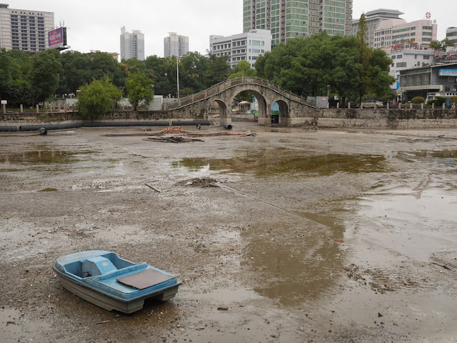 pedal boat in drained lake at Lianhu Square (莲湖广场) in Hengyang
