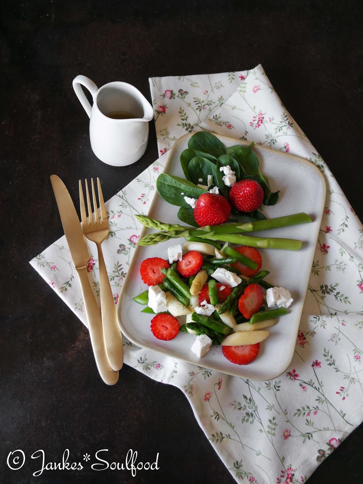 Lauwarmer Spargelsalat mit Erdbeeren und Feta