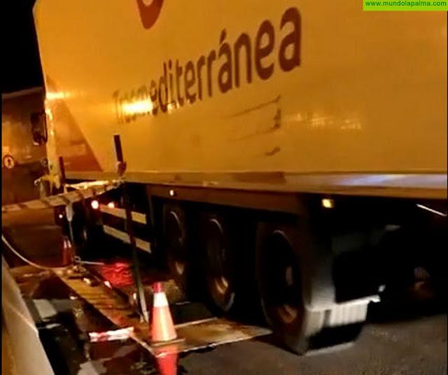 Medio Ambiente desinfecta los vehículos que llegan en barco a La Palma