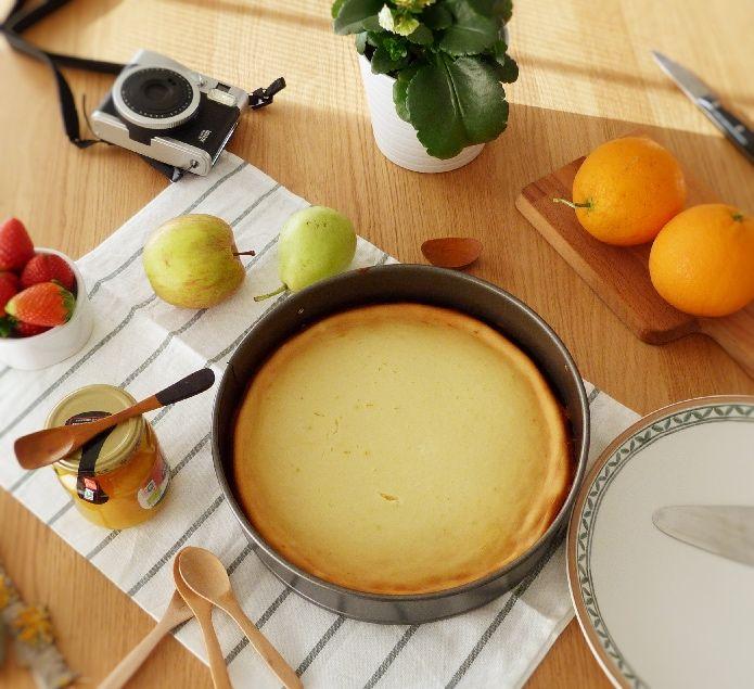 mesa puesta con tarta, fruta, mermelada