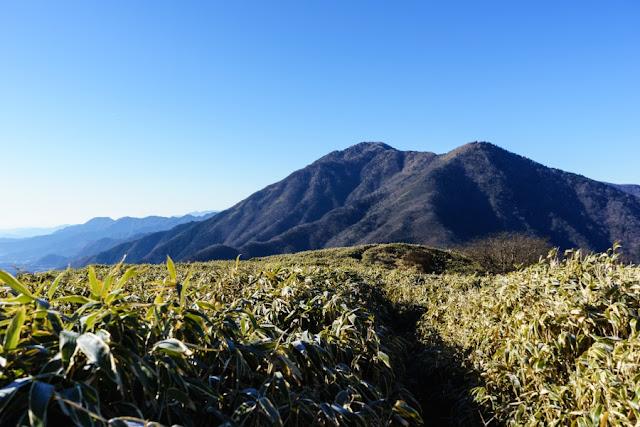 山梨百名山・竜ヶ岳から望む雨ヶ岳・タカデッキ