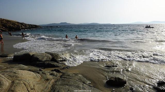 morska fala zalewa plażę Kapari na wyspie Mykonos Grecja,  łódka na greckim morzu,