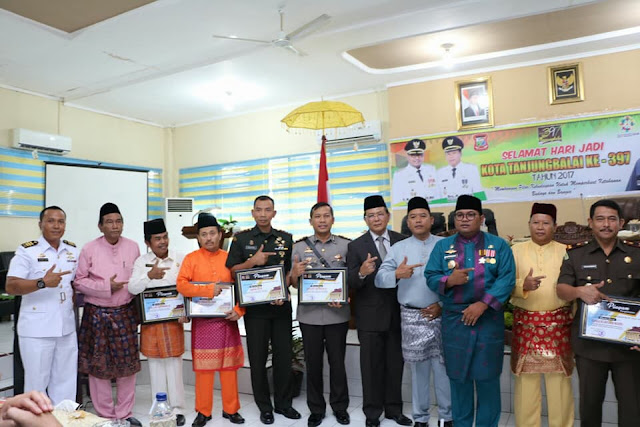 Walikota Tanjungbalai M Syahrial foto bersama anggota DPRD