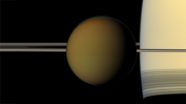 """Astrónomos descubren una nueva nube """"imposible"""" en Titán que contradice las leyes de la física"""
