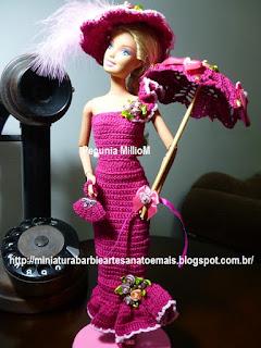 Roupa de Época de Crochê Para Bonecas Barbie Com Sombrinha Aberta e Chapéu Com Penas Por Pecunia MillioM