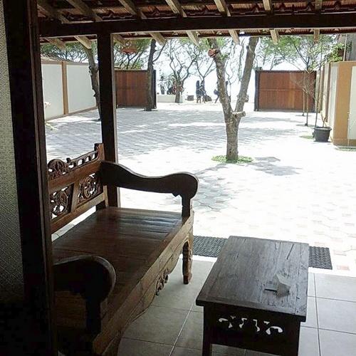 www.Tinuku.com De Omah Slili hostel integrate classic Limasan house and contemporary buildings through wood materials medium