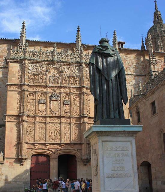 """Entrada da Universidade de Salamanca, Espanha, fundada em 1218. Foi a primeira a receber o nome de Universidade. Mas """"só"""" é a terceira mais antiga da Europa católica e do mundo."""