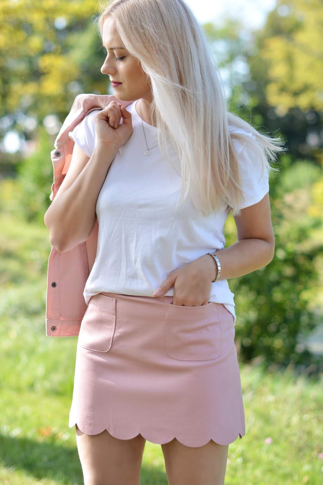 biały t-shirt różowa spódnica