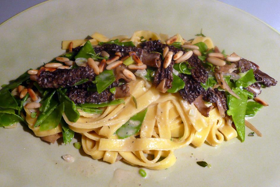 kulinarische welten zu fisch und meeresfrucht pasta mit morcheln und zuckerschoten. Black Bedroom Furniture Sets. Home Design Ideas
