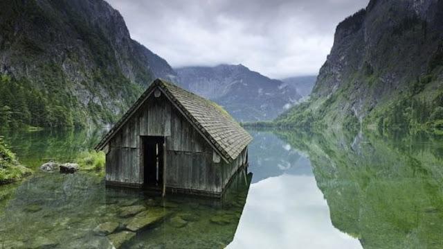 Uma velha cabana de pesca em um lago na Alemanha