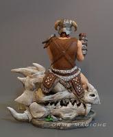 modellino uomo con spada armatura ed elmo statuetta su teschio drago orme magiche