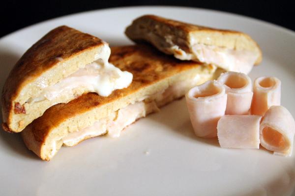 Tortita de avena rellena de pavo y queso