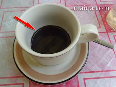 siram sedikit air panas hingga bubuk kopi terendam