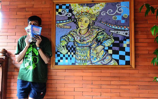 Lukisan di dinding hotel. Abaikan sosok yang membawa buku tersebut