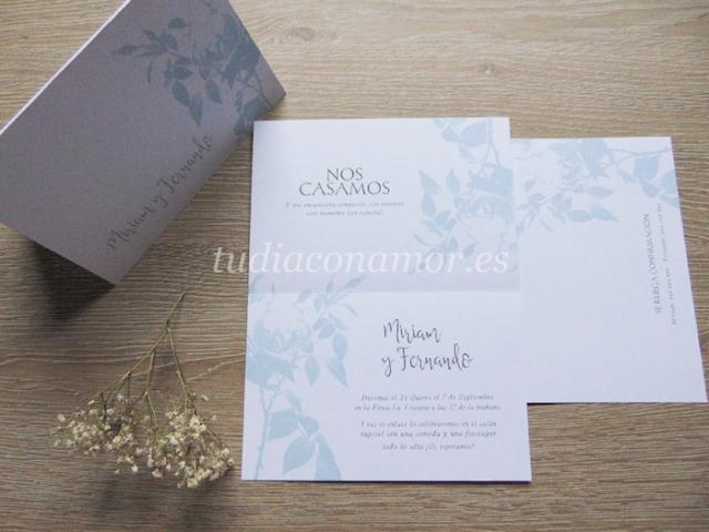 Un tarjetón bonito y elegante con un diseño de flores azules y formato doblado con un aire muy romántico