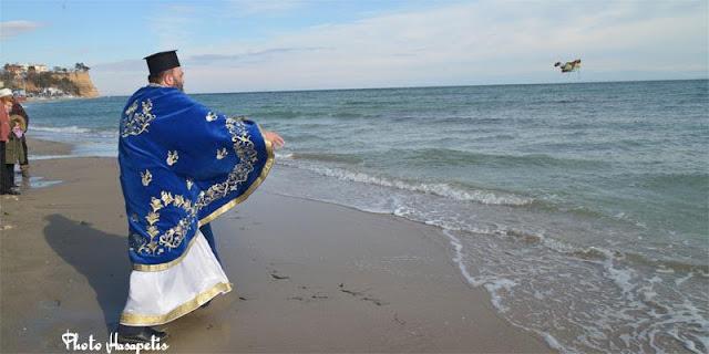 Ο Καθαγιασμός των υδάτων στην παραλία Μακρυγιάλου