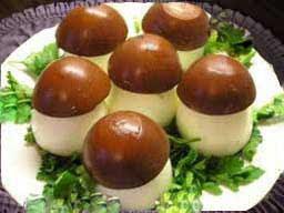 Или просто наполняем половинки вареных яиц начинкой и сверху нама-зываем майонезом.