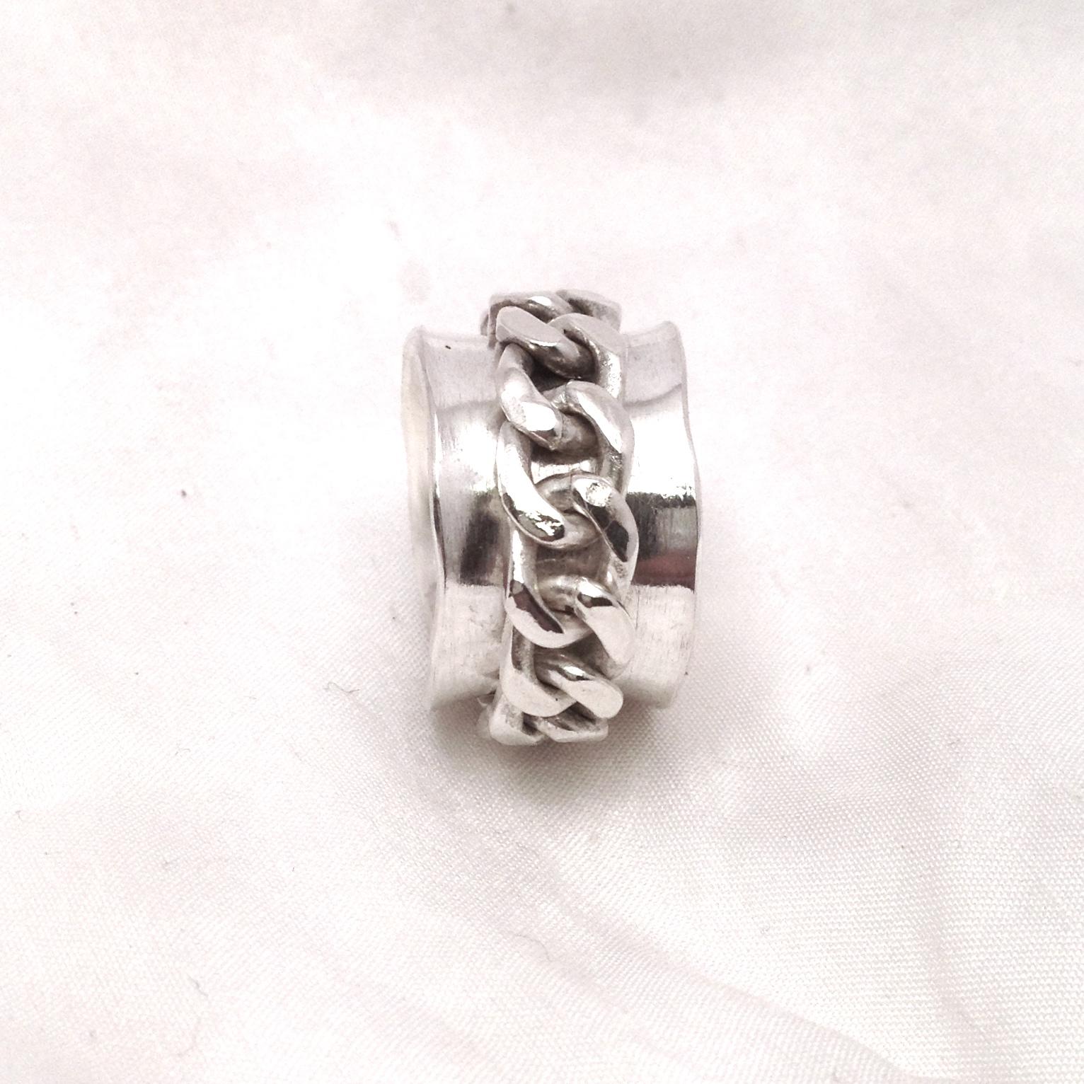 Äkta silverring med snurrbar kedja. Ca 14 mm bred. Storlek 17 06b5083191e34