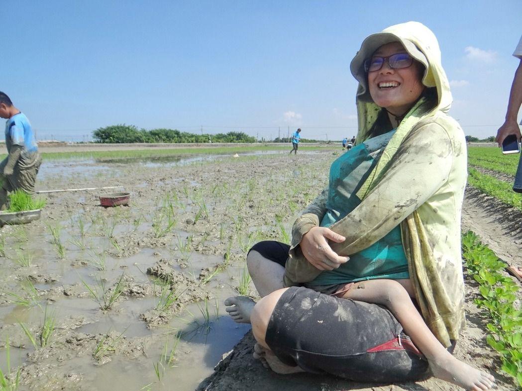 雲林水林鄉「守護土地蝠氣稻」活動重現台灣50年代農業社會田邊餵奶、小孩沖澡的景象!