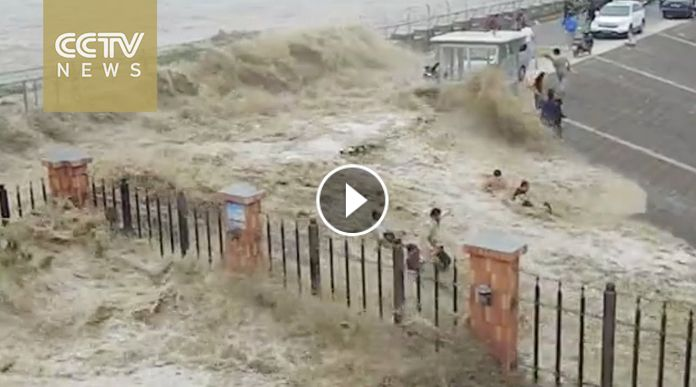 Footage Visitors washed away by strong Qiantang tidal bore