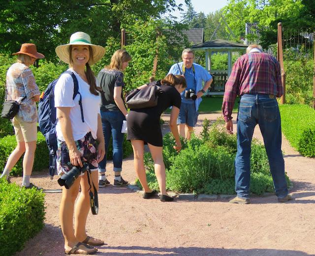 Cecilie i Godjord smiler fornøyd av alt hun ser i Rosenlund Rosarium i Jönköping, Småland
