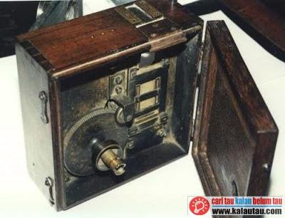kalautau.com - Kinetoscope digunakan untuk melihat gambar bergerak dengan cara mengintip dari satu lobang