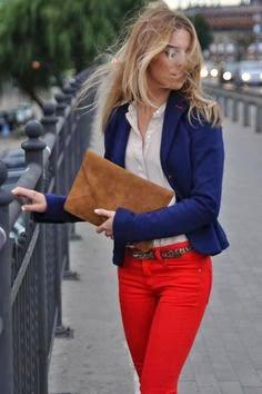 calças vermelhas e blazer azul