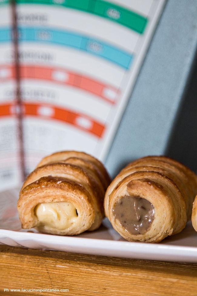 foto di due cannoncini ripieni di cream mouselline e crema al caffè