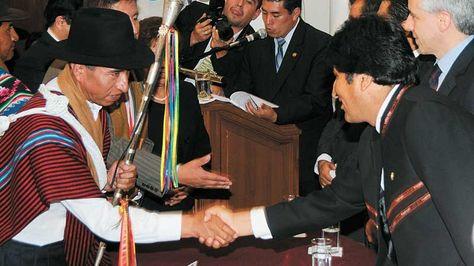 Cusi saluda a Morales luego de la posesión de los magistrados en Sucre en enero de 2012