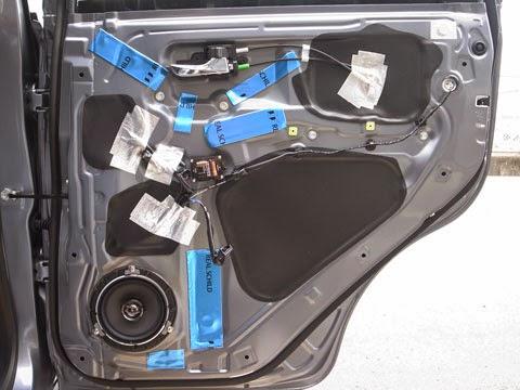 la100sムーヴカスタム リアドアのデッドニング FD-Y100に通したケーブル、配線部分にアルミガラスクロステープを貼り音漏れを防ぎます。