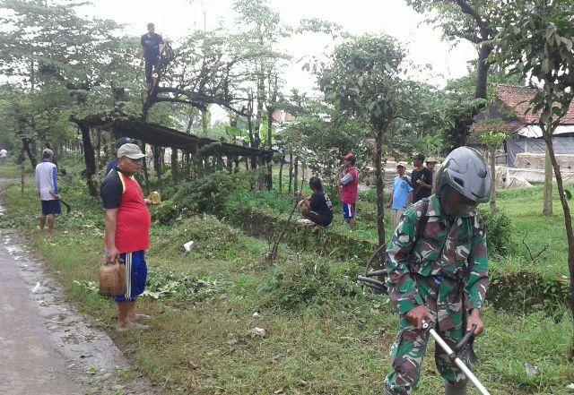 Sinergritas TNI-Polri Bersama Warga Trangkil Laksanakan Giat Karya Bakti