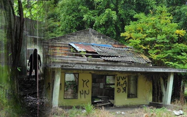 Bobrok, penuh coretan, gelap, seram dan diselimuti tumbuhan adalah pemandangan Mess L di Banjarbaru saat ini. Bangunan bersejarah yang masih tersisa ini kian terkesan angker. Tak heran, banyak cerita mistis yang berkembang belakangan dari bangunan yang lama ditinggalkan ekspatriat Eropa Timur ini.