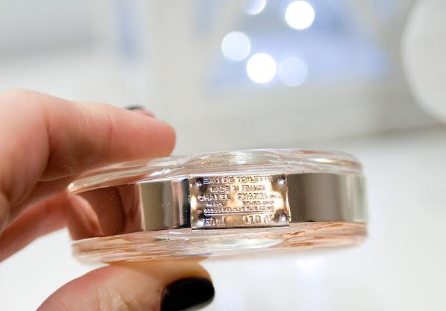 metalowa blaszka na perfumach Chanel Chance