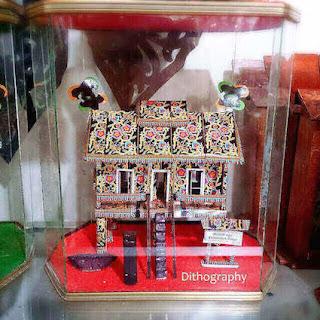pajangan miniatur rumah adat khas Kalimantan Timur