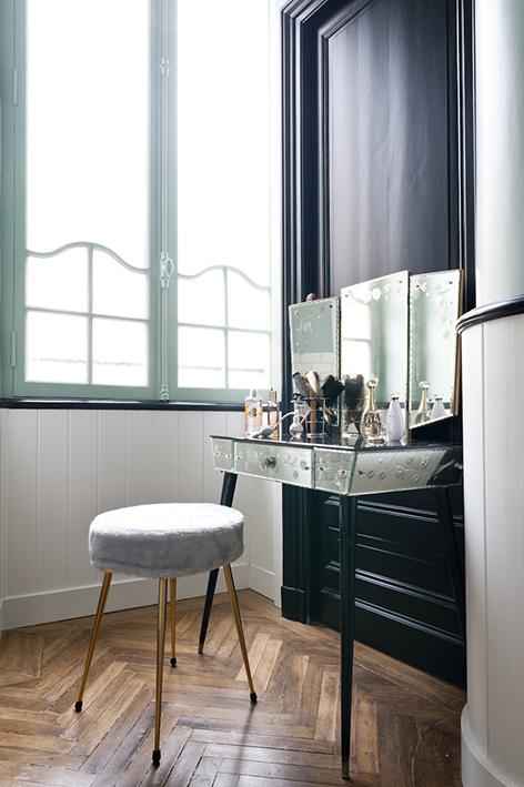 Appartement ancien r nov dans un style contemporain for Coiffeuse avec miroir ancienne