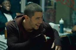 Nick Jonas lança clipe de Bacon