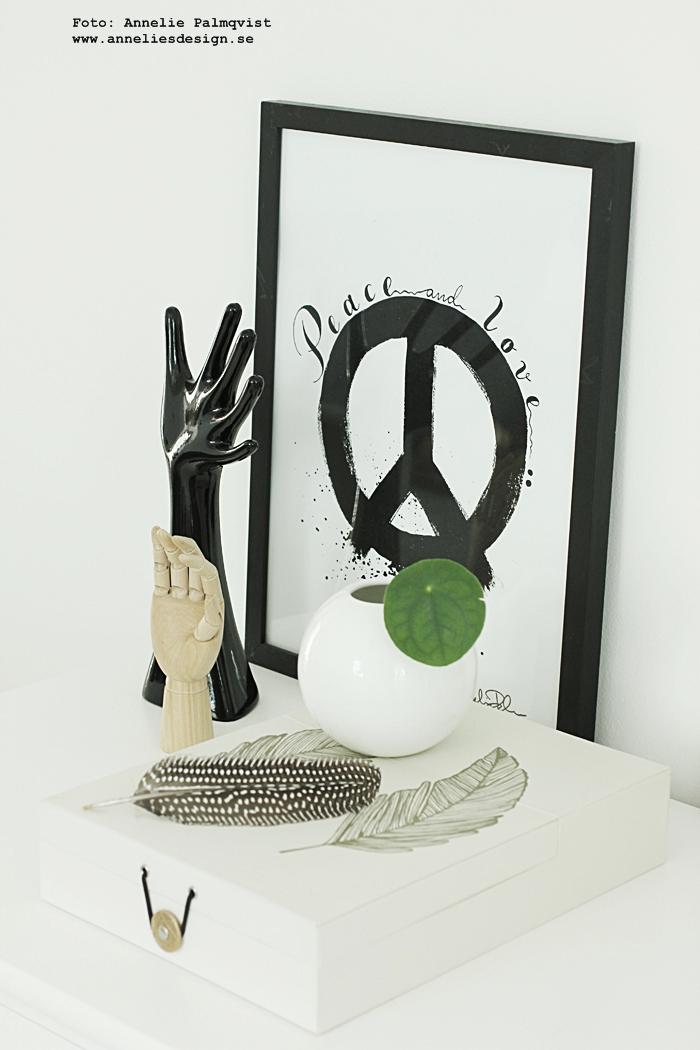 konsttryck, peace, peacetecken, peacetecknet, tavla, tavlor, poster, posters, print, prints, svart och vitt, annelies design, inredning, webbutik, webbutiker, webshop, fjäder, box, låda, dekoration,