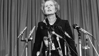Thatcher frente a los micrófonos, en conferencia de prensa