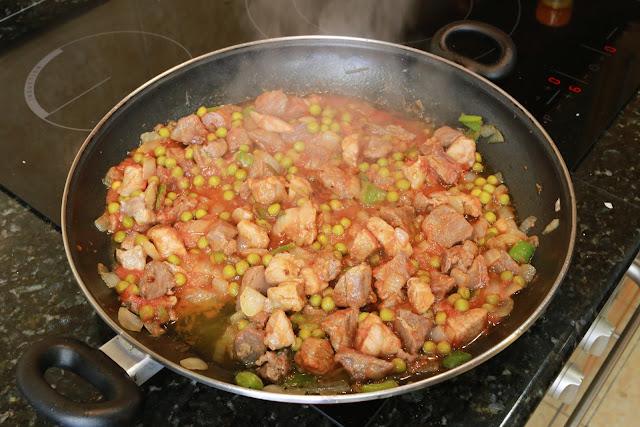 Preparación de arroz con carne y langostinos